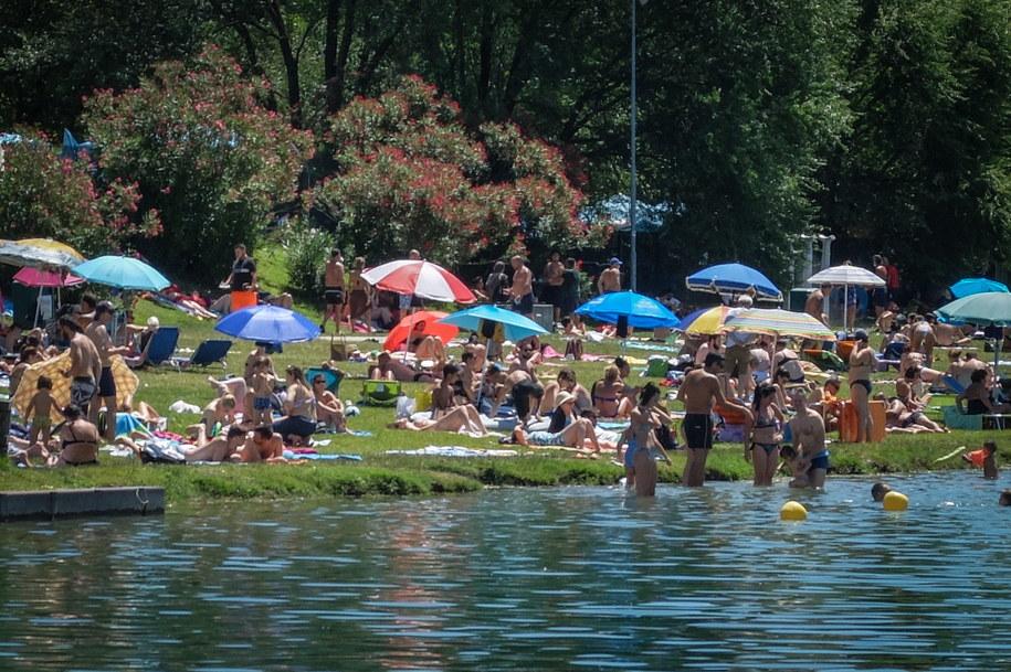 Setki ludzi korzystają z letniej pogody, opalając się i pływając w Idroscalo w Mediolanie /MATTEO CORNER /PAP/EPA
