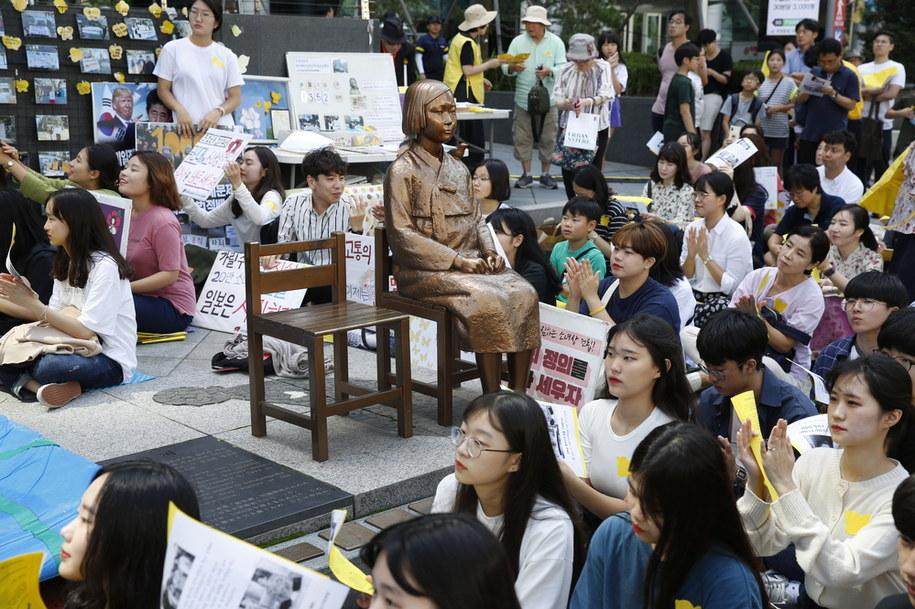Setki młodych Koreanek zebranych się wokół pomnika, symbolizującego ofiarę wojennego niewolnictwa seksualnego, jaki stoi w pobliżu ambasady Japonii w Seulu. Zdjęcie pochodzi z września 2019 roku. /EPA/JEON HEON-KYUN /PAP