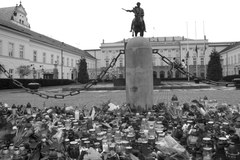 Setki osób gromadzą się przed Pałacem Prezydenckim w Warszawie