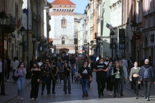 Setki osób zdecydowały się wczoraj na odwiedzenie krakowskiego Rynku Głównego //Łukasz Gągulski /PAP