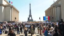 Setki osób zebrało się w Paryżu, aby zaprotestować przeciwko orzeczeniu sądu