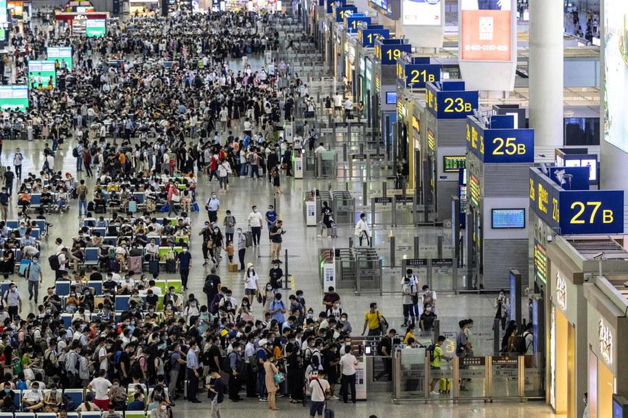 Setki osób zgromadzone na dworcu kolejowym w Szanghaju /ALEX PLAVEVSKI /PAP/EPA