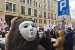 Setki płaczących masek na ulicach stolicy. To pracownicy sądów i prokuratur walczą o podwyżki