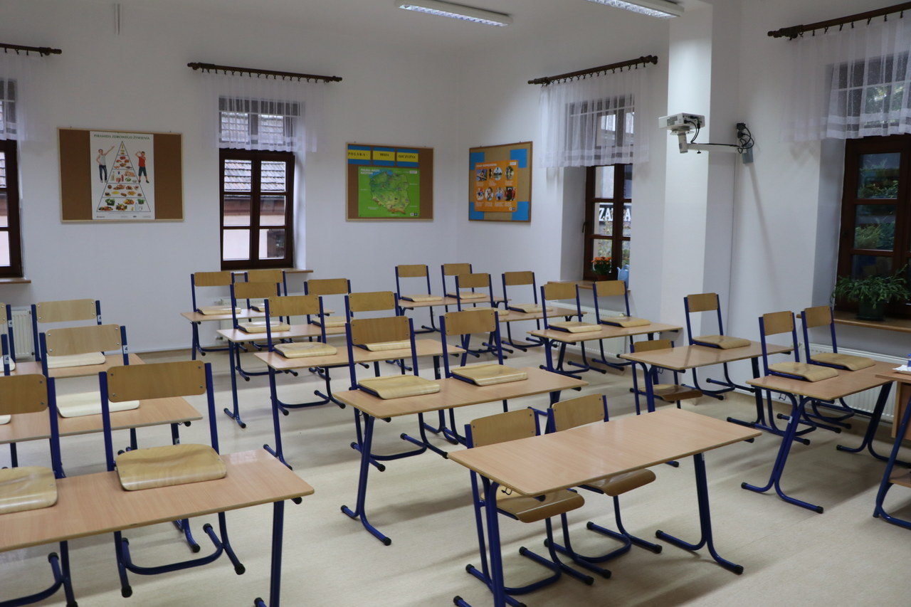 Setki uczniów w kwarantannie, kolejne szkoły wracają do nauki zdalnej