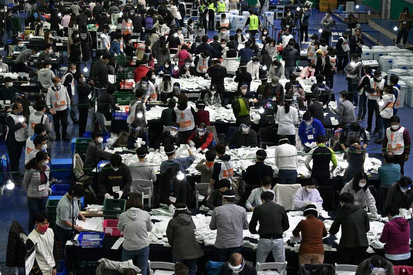 Seul, liczenie głosów po wyborach parlamentarnych 15 kwietnia 2020 w Korei Południowej /ED JONES/AFP /AFP