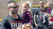 """""""Sexy tata"""" Adam Levine idzie z córeczką po kawę"""