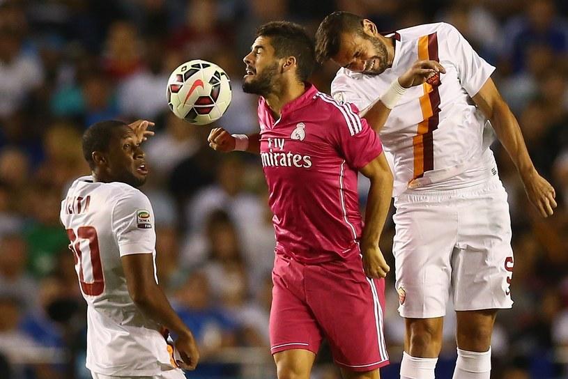 Seydou Keita (pierwszy z lewej) jeszcze przed meczem znalazł się w centrum uwagi /AFP