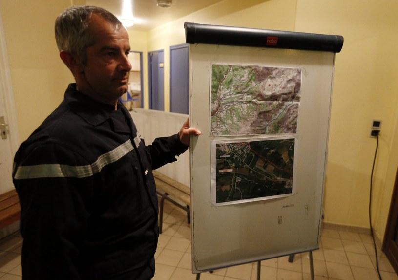 Seyne-les-Alpes - jeden z ratowników pokazuje na mapach miejsce poszukiwań /PAP/EPA