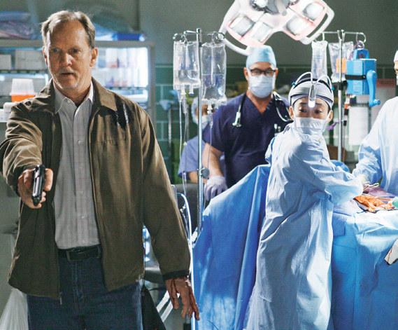 Sez. 6, odc. 24. Clark nie chce, by lekarze operowali Dereka. Również życie Cristiny zawisło na włosku. /materiały prasowe