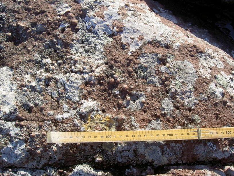 Sferule (drobne kulki szkliwa) powstają w wyniku uderzenia meteorytu w Ziemię /materiały prasowe