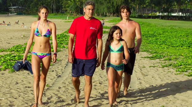"""Shailene Woodley, George Clooney, Amara Miller oraz Nick Krause w scenie z filmu """"Spadkobiercy"""" /materiały dystrybutora"""