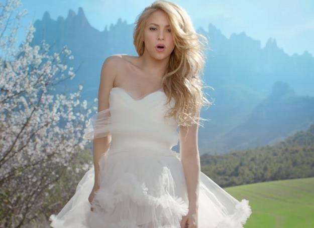 """Shakira w sukni ślubnej w teledysku """"Empire"""" /"""