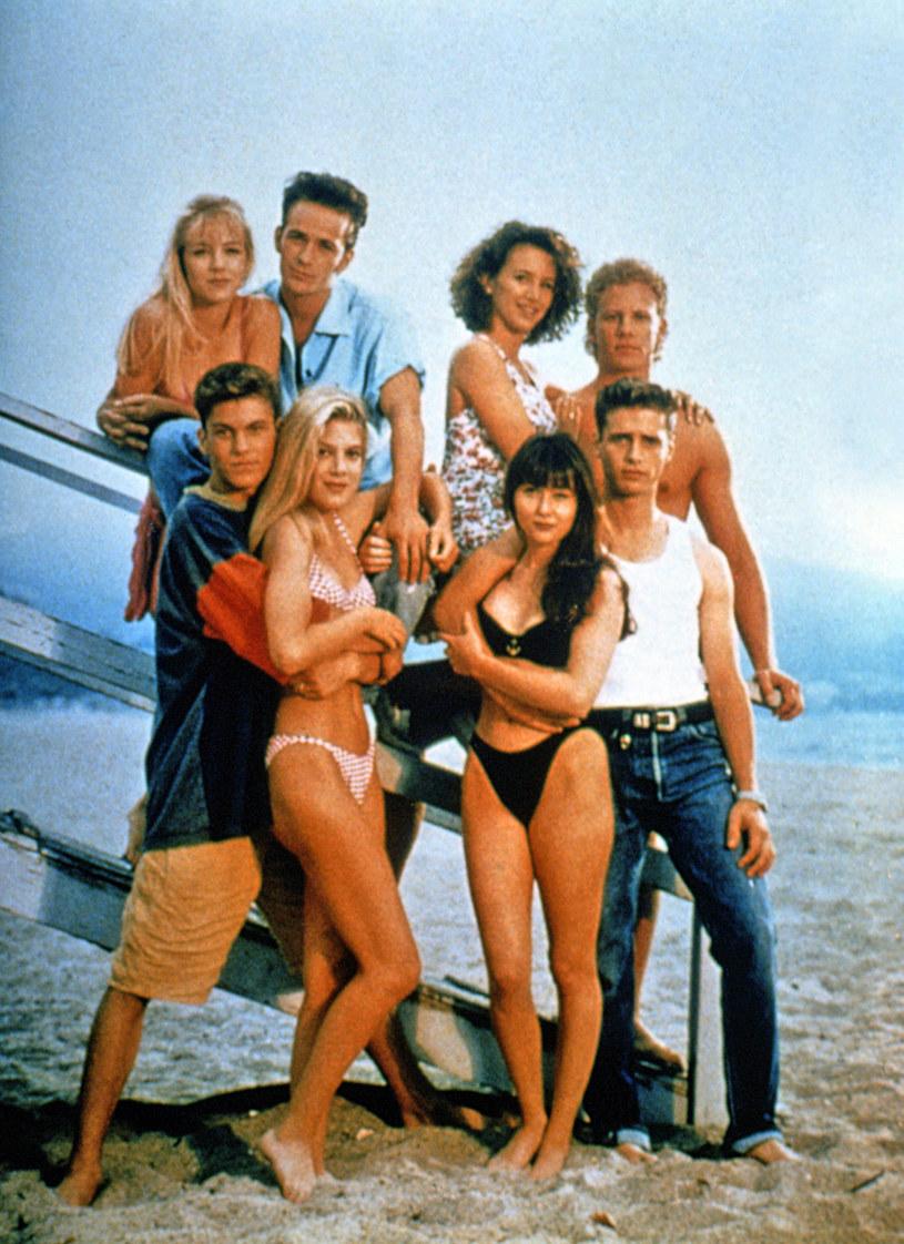"Shannen Doherty z koleżankami i kolegami z planu ""Beverly Hills 90210"" /AKPA"