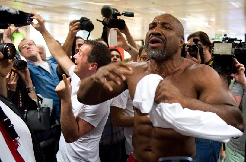 Shannon Briggs robi zamieszanie podczas ważenia /AFP