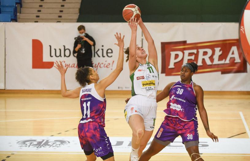 Shante Evans i Cierra Burdick  z KS Basket 25 Bydgoszcz,, w środku Elisabeth Pavel (Pszczolka Polski Cukier AZS UMCS Lublin) /Krzysztof Radzki /East News