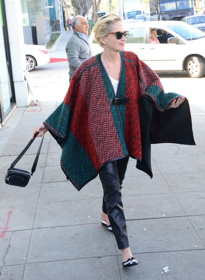 Sharon Stone potrafi odjąć sobie lat strojem bez narażania się na śmieszność. Luźna forma poncza dodaje aktorce młodzieńczego wigoru, a jego nasycone barwy ożywiają cerę. potrafi odjąć sobie lat strojem bez narażania się na śmieszność. Luźna forma poncza dodaje aktorce młodzieńczego wigoru, a jego nasycone barwy ożywiają cerę. /East News/ Zeppelin