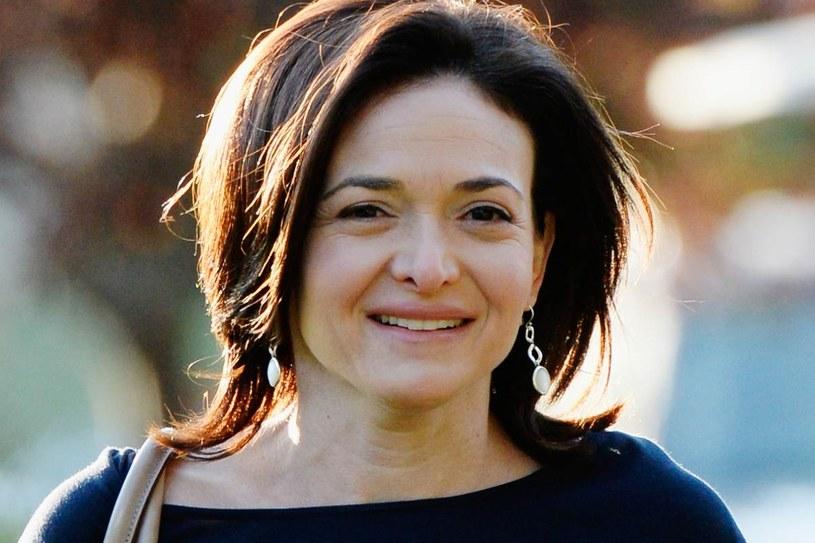 """Sheryl Sandberg jest pierwszą kobietą w swojej rodzinie, która zrobiła karierę. """"To dowód, że osiągania sukcesu można się nauczyć, nawet gdy było się wychowywaną tylko na dobrą żonę i matkę"""", mówi. /Getty Images/Flash Press Media"""