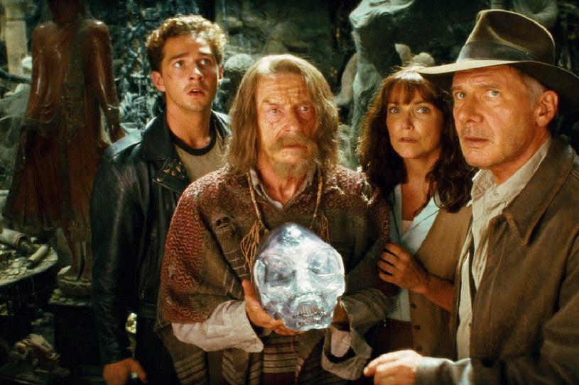 """Shia LaBeouf, John Hurt, Karen Allen i Harrison Ford w scenie z filmu """"Indiana Jones i Królestwo Kryształowej Czaszki"""" /materiały prasowe"""