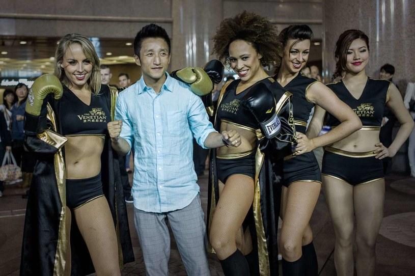 Shiming Zou w towarzystwie modelek /AFP