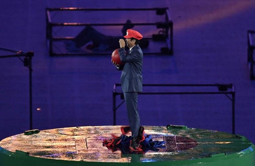 Shinzo Abe w czapce Mario /AFP