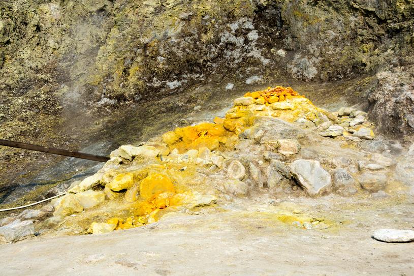 Siarkowe osady na skałach na Polach Flegrejskich /123RF/PICSEL