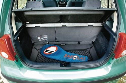 Siatka na podłodze bagażnika to przydatne wyposażenie. Jego pojemność wynosi od 255 do 975 litrów. /Motor