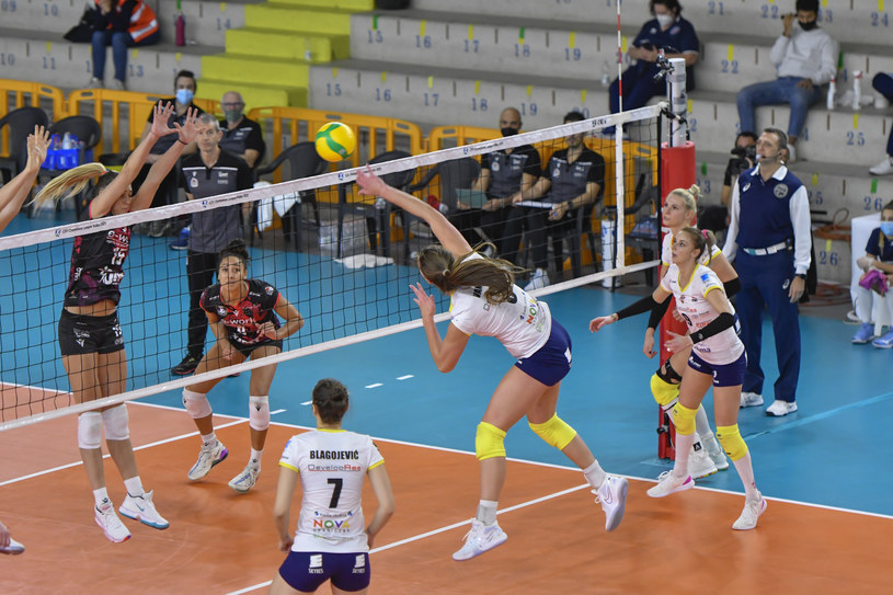 Siatkarki z Rzeszowa (białe koszulki) przegrały w środę 2:3 /www.cev.eu