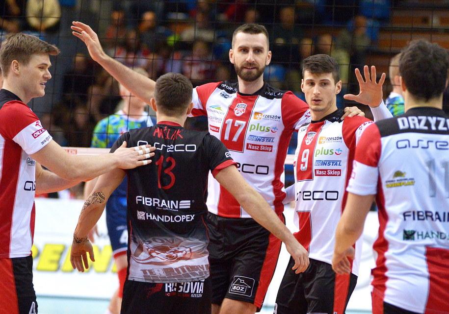 Siatkarze Asseco Resovii Rzeszów cieszą się podczas meczu Ekstraklasy z Espadonem Szczecin /Darek Delmanowicz /PAP
