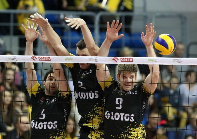 Siatkarze Lotosu w meczu ze Skrą, od lewej: Falaschi, Grzyb i Schwarz /Marek Klinski /PAP