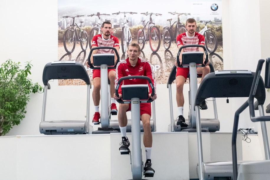 Siatkarze reprezentacji Polski (od lewej): Dawid Konarski, Damian Schulz i Mateusz Bieniek podczas treningu na siłowni / Maciej Kulczyński    /PAP