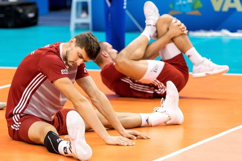 Siatkarze reprezentacji Polski Piotr Nowakowski (L) i Dawid Konarski (P) podczas treningu / Maciej Kulczyński    /PAP