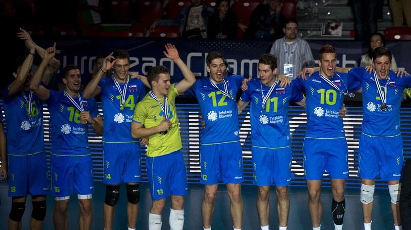 Siatkarze reprezentacji Słowenii świętują srebrny medal mistrzostw Europy /AFP
