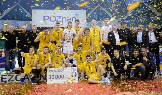 Siatkarze Skry cieszą sie po zwycięskim meczu /pap/Jakub Kaczmarczyk /PAP