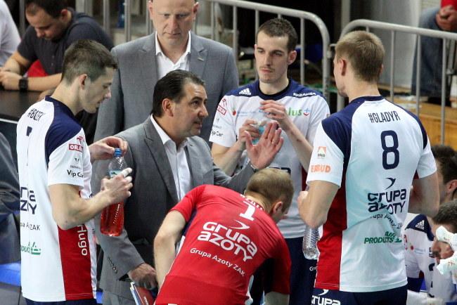 Siatkarze ZAKS-y Kędzierzyn-Koźle z trenerem Ferdinando de Giorgim (w środku) /Krzysztof Świderski /PAP