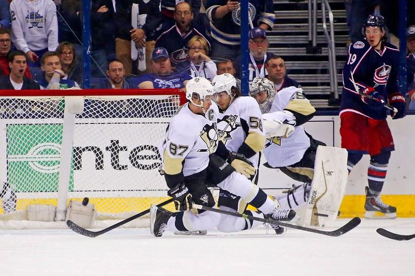 """Sidney Crosby próbuje zablokować krążek po strzale Brandona Dubindky'ego. Wycieczka Fleury'ego kosztowała dużo """"Pingwiny"""". /AFP"""
