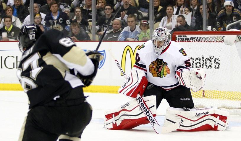 Sidney Crosby strzela na bramkę Chicago Blackhawks /AFP