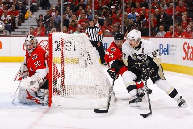 Sidney Crosby w ataku na bramkę Ottawa Senators /AFP