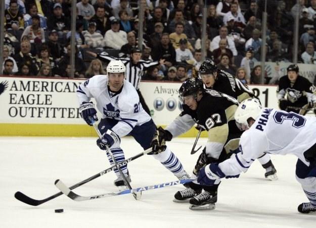 Sidney Crosby (w środku) był bohaterem Pittsburgh Penguins w meczu z Toronto Maple Leafs 5-4. /AFP