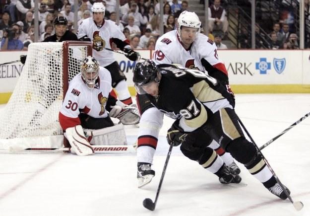 """Sidney Crosby """"wkręca w lód"""" Jasona Spezzę /AFP"""