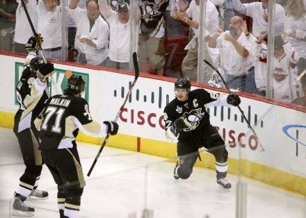 """Sidney Crosby (z prawej) i Jewgienij Małkin pokazali wielką klasę w starciu z """"Wyspiarzami"""". /AFP"""