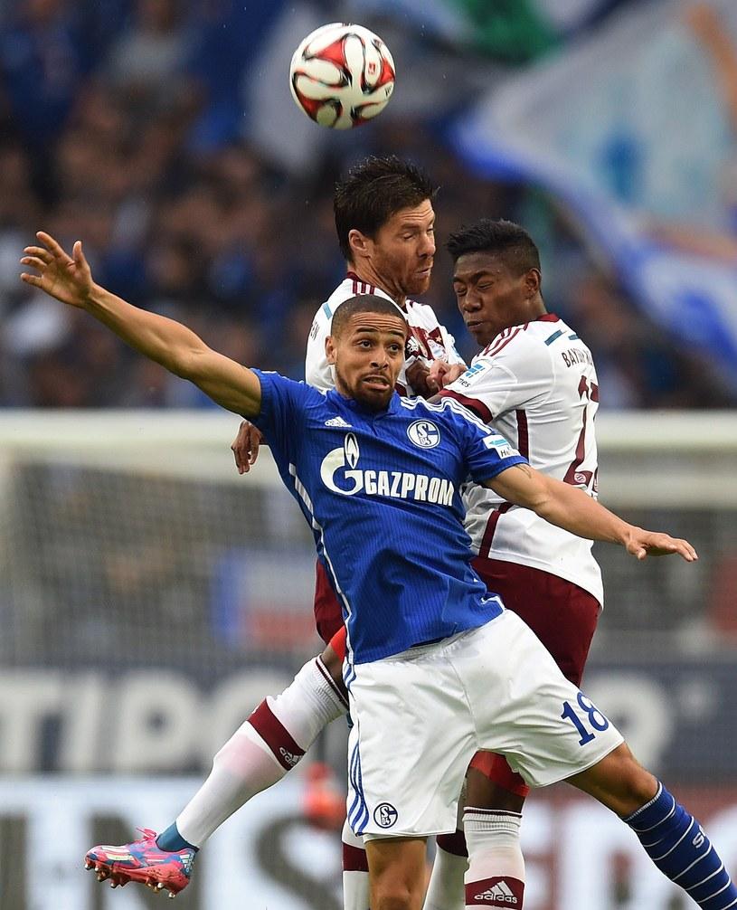 Sidney Sam (na niebiesko) w walce z piłkarzami Bayernu Monachium /AFP