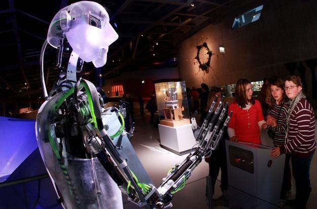 Sieć RoboEarth ma pozwolić robotom na naukę i wymianę doświadczeń /AFP