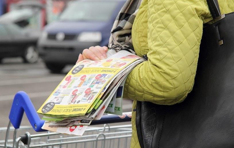 Sieci coraz bardziej oszczędzają na papierowych gazetkach. Redukują nakłady, liczbę stron i powierzchnię /MondayNews