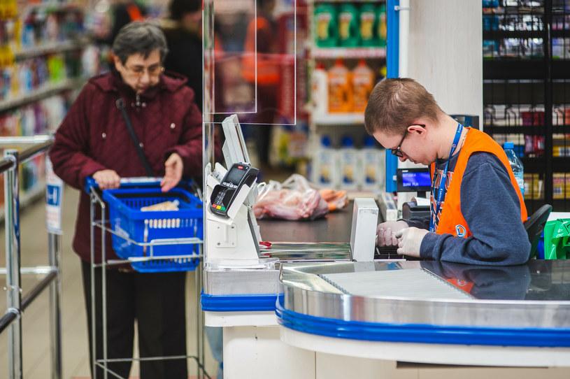 Sieci handlowe walczą o pracowników podwyższając pensje /Karol Makurat /Reporter