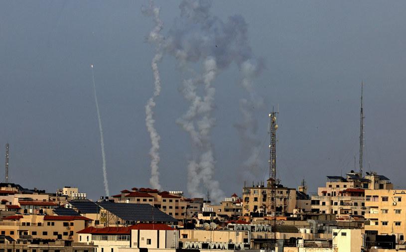 Siedem rakiet zostało wystrzelonych w poniedziałek ze Strefy Gazy w kierunku Izraela. /MAHMUD HAMS /East News