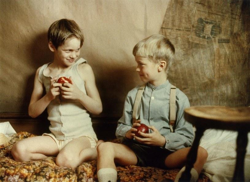 """Siedmioletni Alexander Skarsgard (z lewej) w scenie z filmu """"Ake i jego świat"""" /materiały prasowe"""