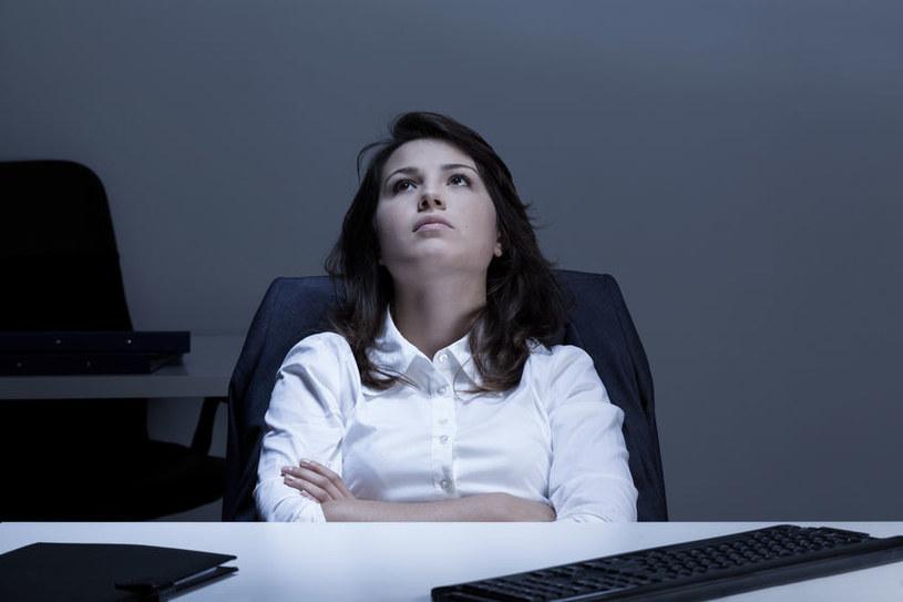 Siedząca praca sprzyja hemoroidom /©123RF/PICSEL