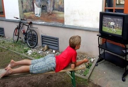 Siedzenie przez TV szkodzi. Twoim znajomościom. /AFP