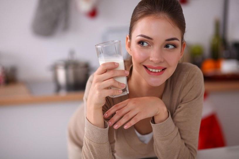 Sięganie po mleko i nabiał pomaga obniżyć masę ciała i pozbyć się tkanki tłuszczowej /123RF/PICSEL