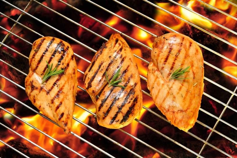 Sięgnij po grillowane mięso /©123RF/PICSEL